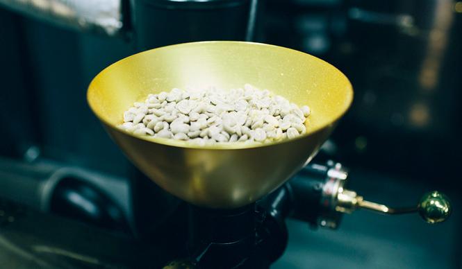 5. Gentle Belief(外苑前)  常時40種類ある生豆を目の前で焙煎してくれて、約300通りの味わいを生み出すことが可能だ  <焙煎士> 浅野嘉之|ASANO Yoshiyuki 1980年、都内屈指の有名自家焙煎グループに所属し、珈琲の本質的なところを享受。1985年より、自家焙煎店「珈琲倶楽部」や、サロン・ド・テ「KAIAN」、ビストロ「KAIAN」、「カフェ・リコ」などを開業。2014年、「Gentle Belief」開業。 <焙煎機のある店> Gentle Belief 営業時間|10:00~22:00(L.O.21:30) 定休日|第2・第4日曜 住所|東京都港区南青山2-22-14フォンテ青山 Tel. 03-6438-9252 http://gentlebelief.com/  <編集メモ> ・常時おいている珈琲豆 生豆40種類、焙煎豆12種類 ・珈琲豆の価格帯 550円~2000円/100グラム ・店内での試飲 不可(飲食メニューあり)