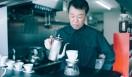 5. Gentle Belief(外苑前)  焙煎歴30年のベテラン、浅野嘉之さん  <焙煎士> 浅野嘉之|ASANO Yoshiyuki 1980年、都内屈指の有名自家焙煎グループに所属し、珈琲の本質的なところを享受。1985年より、自家焙煎店「珈琲倶楽部」や、サロン・ド・テ「KAIAN」、ビストロ「KAIAN」、「カフェ・リコ」などを開業。2014年、「Gentle Belief」開業。 <焙煎機のある店> Gentle Belief 営業時間|10:00~22:00(L.O.21:30) 定休日|第2・第4日曜 住所|東京都港区南青山2-22-14フォンテ青山 Tel. 03-6438-9252 http://gentlebelief.com/  <編集メモ> ・常時おいている珈琲豆 生豆40種類、焙煎豆12種類 ・珈琲豆の価格帯 550円~2000円/100グラム ・店内での試飲 不可(飲食メニューあり)