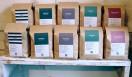 6. ONIBUS COFFEE(奥沢)  地域に根付いたコミュニケーションの場になり、東京のあらたなコーヒーのスタンダードを発信しつづける「ONIBUS COFFEE」  <焙煎士> 橋本貴弥|TAKAYA Hashimoto 2012年、「ポールバセット」新宿店勤務。同年9月、オーストラリア・シドニーのコーヒーショップで2カ月間修行。同年11月より「ONIBUS COFFEE」に勤務。2013年から、焙煎のトレーニングを開始。 <焙煎機のある店> ONIBUS COFFEE 営業時間|9:00~19:00 定休日|火曜 住所|東京都世田谷区奥沢5-1-4 Tel. 03-6321-3283 http://onibuscoffee.com/  <編集メモ> ・常時おいている珈琲豆 7種類 ・珈琲豆の価格帯 380円~ ・店内での試飲 可(無料)