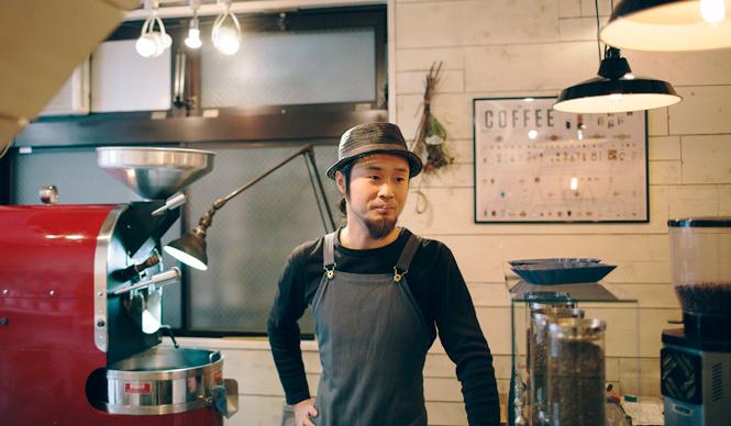 6. ONIBUS COFFEE(奥沢)  焙煎を担当するのは、名店「Paul Bassett」で修行し、焙煎の道へ進んだ橋本貴弥さん  <焙煎士> 橋本貴弥 TAKAYA Hashimoto 2012年、「ポールバセット」新宿店勤務。同年9月、オーストラリア・シドニーのコーヒーショップで2カ月間修行。同年11月より「ONIBUS COFFEE」に勤務。2013年から、焙煎のトレーニングを開始。 <焙煎機のある店> ONIBUS COFFEE 営業時間 9:00~19:00 定休日 火曜 住所 東京都世田谷区奥沢5-1-4 Tel. 03-6321-3283 http://onibuscoffee.com/  <編集メモ> ・常時おいている珈琲豆 7種類 ・珈琲豆の価格帯 380円~ ・店内での試飲 可(無料)
