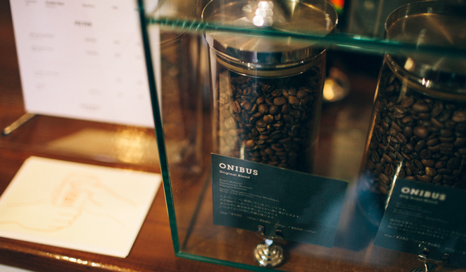6. ONIBUS COFFEE(奥沢)  「オニバスブレンド」は、浅過ぎず深過ぎずのバランスが良く、一番人気  <焙煎士> 橋本貴弥 TAKAYA Hashimoto 2012年、「ポールバセット」新宿店勤務。同年9月、オーストラリア・シドニーのコーヒーショップで2カ月間修行。同年11月より「ONIBUS COFFEE」に勤務。2013年から、焙煎のトレーニングを開始。 <焙煎機のある店> ONIBUS COFFEE 営業時間 9:00~19:00 定休日 火曜 住所 東京都世田谷区奥沢5-1-4 Tel. 03-6321-3283 http://onibuscoffee.com/  <編集メモ> ・常時おいている珈琲豆 7種類 ・珈琲豆の価格帯 380円~ ・店内での試飲 可(無料)