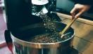 6. ONIBUS COFFEE(奥沢)  昔に比べて豆の品質が格段に良くなり、個性が際立って表れるようになってきたので、浅煎りの需要が増えてきたという  <焙煎士> 橋本貴弥|TAKAYA Hashimoto 2012年、「ポールバセット」新宿店勤務。同年9月、オーストラリア・シドニーのコーヒーショップで2カ月間修行。同年11月より「ONIBUS COFFEE」に勤務。2013年から、焙煎のトレーニングを開始。 <焙煎機のある店> ONIBUS COFFEE 営業時間|9:00~19:00 定休日|火曜 住所|東京都世田谷区奥沢5-1-4 Tel. 03-6321-3283 http://onibuscoffee.com/  <編集メモ> ・常時おいている珈琲豆 7種類 ・珈琲豆の価格帯 380円~ ・店内での試飲 可(無料)