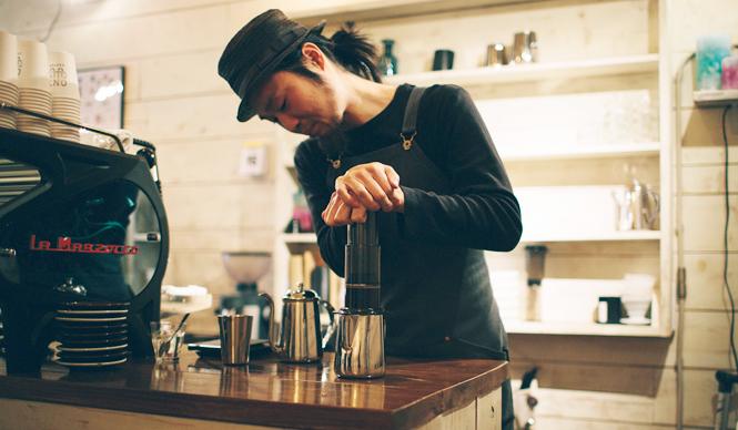 6. ONIBUS COFFEE(奥沢)  「浅煎りの豆であれば、エアロプレスでの抽出もおすすめです。口当たりがまろやかになって香りがフワッと広がりますよ」と橋本さん  <焙煎士> 橋本貴弥|TAKAYA Hashimoto 2012年、「ポールバセット」新宿店勤務。同年9月、オーストラリア・シドニーのコーヒーショップで2カ月間修行。同年11月より「ONIBUS COFFEE」に勤務。2013年から、焙煎のトレーニングを開始。 <焙煎機のある店> ONIBUS COFFEE 営業時間|9:00~19:00 定休日|火曜 住所|東京都世田谷区奥沢5-1-4 Tel. 03-6321-3283 http://onibuscoffee.com/  <編集メモ> ・常時おいている珈琲豆 7種類 ・珈琲豆の価格帯 380円~ ・店内での試飲 可(無料)