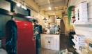 6. ONIBUS COFFEE(奥沢)  落ち着いた朱色のロースターは、「ディードリッヒ」というメーカーの、半熱風タイプの3キロ釜。毎日約20回もの焙煎をおこなっており、店内はつねにコーヒーの香りで満ちている  <焙煎士> 橋本貴弥|TAKAYA Hashimoto 2012年、「ポールバセット」新宿店勤務。同年9月、オーストラリア・シドニーのコーヒーショップで2カ月間修行。同年11月より「ONIBUS COFFEE」に勤務。2013年から、焙煎のトレーニングを開始。 <焙煎機のある店> ONIBUS COFFEE 営業時間|9:00~19:00 定休日|火曜 住所|東京都世田谷区奥沢5-1-4 Tel. 03-6321-3283 http://onibuscoffee.com/  <編集メモ> ・常時おいている珈琲豆 7種類 ・珈琲豆の価格帯 380円~ ・店内での試飲 可(無料)