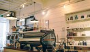 6. ONIBUS COFFEE(奥沢)  今回取材したなかでも、客席から一番近い距離で焙煎工程を見ることができる  <焙煎士> 橋本貴弥|TAKAYA Hashimoto 2012年、「ポールバセット」新宿店勤務。同年9月、オーストラリア・シドニーのコーヒーショップで2カ月間修行。同年11月より「ONIBUS COFFEE」に勤務。2013年から、焙煎のトレーニングを開始。 <焙煎機のある店> ONIBUS COFFEE 営業時間|9:00~19:00 定休日|火曜 住所|東京都世田谷区奥沢5-1-4 Tel. 03-6321-3283 http://onibuscoffee.com/  <編集メモ> ・常時おいている珈琲豆 7種類 ・珈琲豆の価格帯 380円~ ・店内での試飲 可(無料)