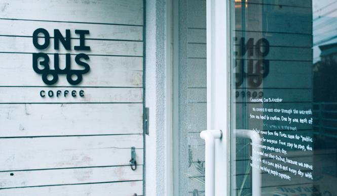6. ONIBUS COFFEE(奥沢)  今回取材した自家焙煎の店は、少なからず横のつながりもあるようで、第1章で特集した「TORIBA COFFEE」の焙煎士・滑川さんが「ONIBUSさんの渋谷店にはよく行きます」と話していたり、その「ABOUT LIFE COFFEE BREWERS」では、やはり取材した「AMAMERIA ESPRESSO」(武蔵小山)と「SWITCH COFFEE TOKYO」(目黒)の豆も販売されていたり……と、あたらしい東京のコーヒーカルチャーが発信されるのを間近で感じた   <焙煎士> 橋本貴弥|TAKAYA Hashimoto 2012年、「ポールバセット」新宿店勤務。同年9月、オーストラリア・シドニーのコーヒーショップで2カ月間修行。同年11月より「ONIBUS COFFEE」に勤務。2013年から、焙煎のトレーニングを開始。 <焙煎機のある店> ONIBUS COFFEE 営業時間|9:00~19:00 定休日|火曜 住所|東京都世田谷区奥沢5-1-4 Tel. 03-6321-3283 http://onibuscoffee.com/  <編集メモ> ・常時おいている珈琲豆 7種類 ・珈琲豆の価格帯 380円~ ・店内での試飲 可(無料)