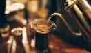 "6. ONIBUS COFFEE(奥沢)  エアロプレスの場合は、お湯を注ぎ、スプーンで混ぜているときに、""蒸らし""が起きているそう  <焙煎士> 橋本貴弥|TAKAYA Hashimoto 2012年、「ポールバセット」新宿店勤務。同年9月、オーストラリア・シドニーのコーヒーショップで2カ月間修行。同年11月より「ONIBUS COFFEE」に勤務。2013年から、焙煎のトレーニングを開始。 <焙煎機のある店> ONIBUS COFFEE 営業時間|9:00~19:00 定休日|火曜 住所|東京都世田谷区奥沢5-1-4 Tel. 03-6321-3283 http://onibuscoffee.com/  <編集メモ> ・常時おいている珈琲豆 7種類 ・珈琲豆の価格帯 380円~ ・店内での試飲 可(無料)"