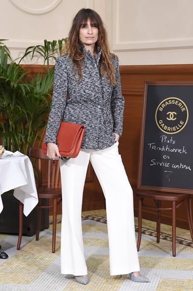 2015-16年秋冬ファッションウィークより、ニューヨーク、ロンドン、ミラノ、パリ4都市のコレクション会場でキャッチしたセレブリティたちの最新スナップをここに随時更新でお届けする。    Caroline de Maigret|キャロライン・デ・メイグレシャネルのファッションショー会場・パリ