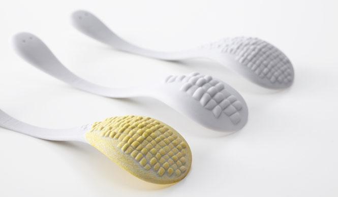 ミラノサローネ2015|Experimental Creations<Digital Experiments> 秋山かおり(STUDIO BYCOLOR)「TASTE of CELLS」私たちが普段口にする野菜や果物などの植物は膨らんだ形状、尖った形状、凹んだ形状など、さまざまな表面テクスチャーで特徴づけられている。Grasshopperを用いることで、細胞が織りなす形の大きさやバランスをシュミレーションし、スプーンにさまざまな植物の表面テクスチャーを配し、それぞれの植物を使用しスプーンを染色