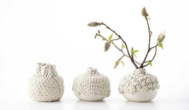 ミラノサローネ2015|Experimental Creations<Material Experiments>工藤健太郎「Weaving Porcelain」素材単体での表情はさることながら、それを既成の物にプラスすることで意味や価値が変わるような試み。型で作られた均一的な量産品と、一点一点表情の異なる手作業を紡ぎ合わせることで、プロダクト単体の表情を変化させることができるだけでなく、量産とは異なる制作課程の可能性をも広げている