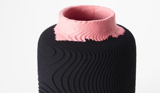 ミラノサローネ2015|Experimental Creations<Digital Experiments>村越淳「SO」3Dプリンタ特有の積層痕を水平に積み上げるのではなく、同心球状に積み重ねた際にできると考えられる積層痕をサーフェスにほどこした。ラバーペイントで色彩をくわえ、液体が創り出す意外性のある動きは一点ずつ異なる趣を生み出している