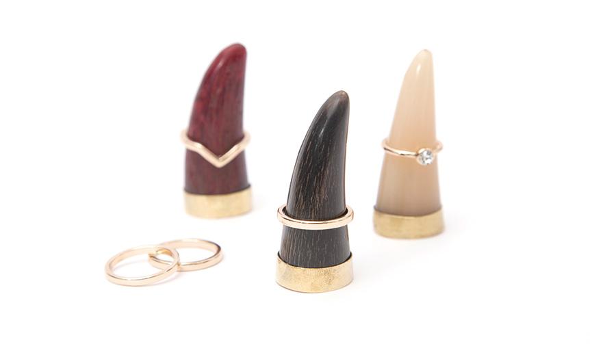 amabro|水牛の角と真鍮がリングを映えさせる、アートなリングホルダー