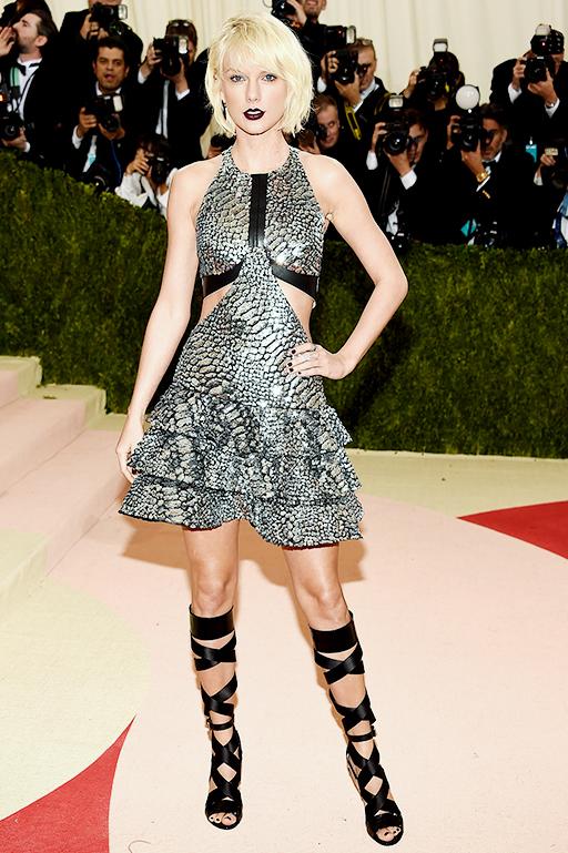 Taylor Swift|テイラー・スウィフト Dress|LOUIS VUITTON   2016-17年 秋冬 ウィメンズ コレクション   © Louis Vuitton