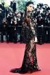 ケンダル・ジェンナー Roberto Cavalli レッドカーペットで、米・モデルのケンダル・ジェンナー(Kendall Jenner)がロベルト・カヴァリ クチュールのドレスを着用。シルクチュールで出来たドレスは、リュクスなスネークとベルベッドが織り交ぜられたゴージャスな逸品。   ©roberto cavalli