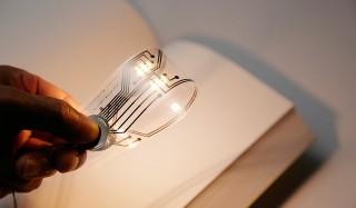 しおりを折り曲げると読書用のライトに!? 画期的な新製品がリリース kyouei design