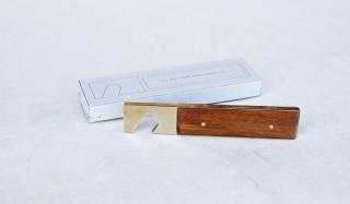 ほどよい重さと形状が安定の開栓を。真鍮とチーク材による栓抜き|Lue × Holz