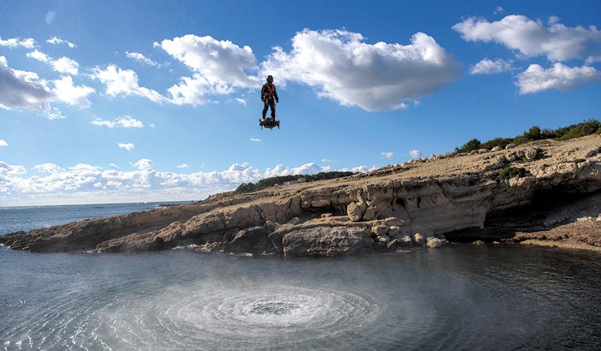 "BREITLING|""空中セグウェイ""−−直立人間が、ジェット噴射で自在に浮遊"