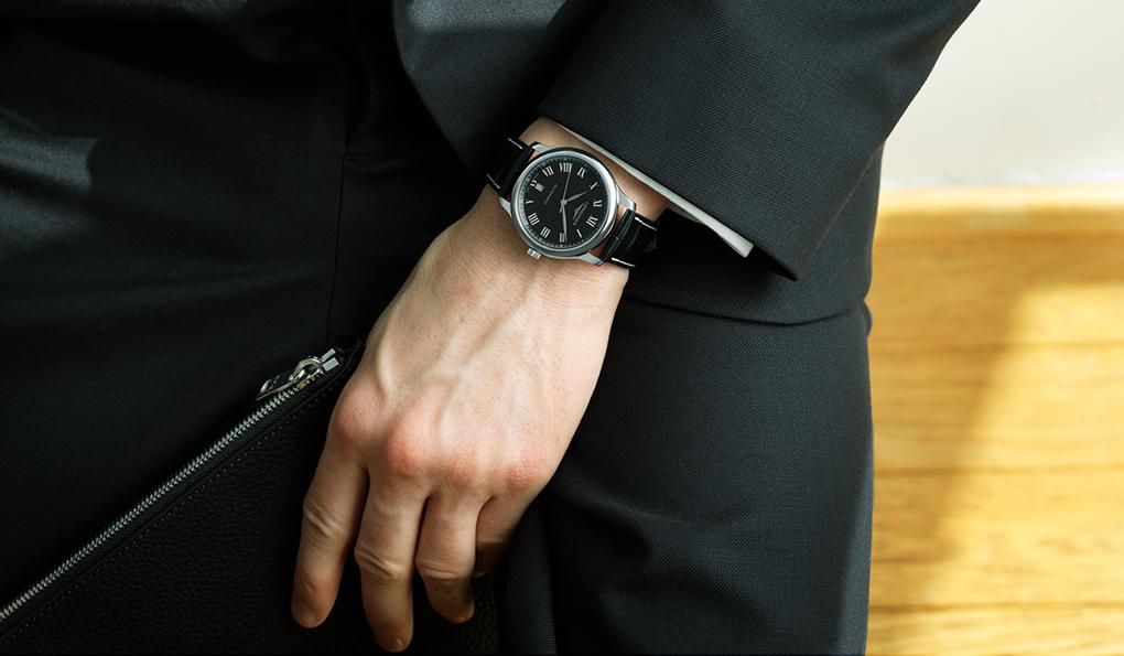 ロンジン マスターコレクション「このモデルの特徴は黒い文字盤。白いものに比べるとワイルドで強い印象です。これに、オーソドックスなネイビーのスーツに白いシャツというクリーンなコーディネートに合わせることで、ちょっと不良性を感じさせるバランスが面白いのでは。紺と白の堅いスーツに少しの変化をつけて崩してみてください」ジャケット5万9000円、シャツ1万9000円、パンツ3万3000円(以上A.P.C.)、シューズ11万円(J.M. WESTON)、その他スタイリスト私物Ref.|L2.628.4.51.7 ムーブメント|自動巻き(Cal.L888) パワーリザーブ|64時間ケース|SSケース径|38.5mm 文字盤|ブラックのバーリーコーン柄ダイアル ケースバック|シースルー ストラップ|ブラックアリゲーター 防水|3気圧価格|22万9000円(税別)
