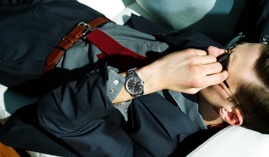 ロンジン マスターコレクション「アメリカンな印象のヴィンテージシャツをスーツに合わせる提案です。例えばカジュアルデーにノータイで会社に行くのではなく、こういうワイルドなウェスタンシャツにニットタイを締めていたらカッコいい。時計の文字盤がグレーなので全体をグレートーンでソリッドな組み合わせにしています。ワーキングクラスなサボタージュ系の雰囲気が、ミニマムな時計との組み合わせの妙になっているのでは」ジャケット5万9000円、パンツ1万9000円(ともにA.P.C.)、その他スタイリスト私物Ref.|L2.793.4.71.6 ムーブメント|自動巻き(Cal.L888) パワーリザーブ|64時間 ケース&ブレスレット|SS ケース径|40mm 文字盤|グレーのサンレイダイアル ケースバック|シースルー 防水|3気圧 価格|23万8000円(税別)