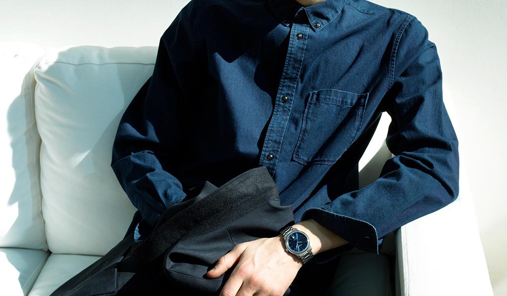 ロンジン マスターコレクション「オフで着るスーツの提案なのでノータイです。インディゴブルーのシャツは、文字盤のネイビーに合わせて、ジャケットとすべてネイビー一色で統一しました。ネイビーが好きな男性は多いと思いますが、どこかアーティスティックに見えるカラーですね。ただ、知性が求められる難しいカラーでもあるので、さらっとスーツにワントーンで着るとカッコよく決まるはず」ジャケット5万9000円、シャツ2万円(ともにA.P.C.)その他スタイリスト私物Ref.|L2.628.4.92.6 ムーブメント|自動巻き(Cal.L888) パワーリザーブ|64時間 ケース&ブレスレット|SS ケース径|38.5mm 文字盤|ブルーのサンレイダイアル ケースバック|シースルー 防水|3気圧 価格|22万9000円(税別)