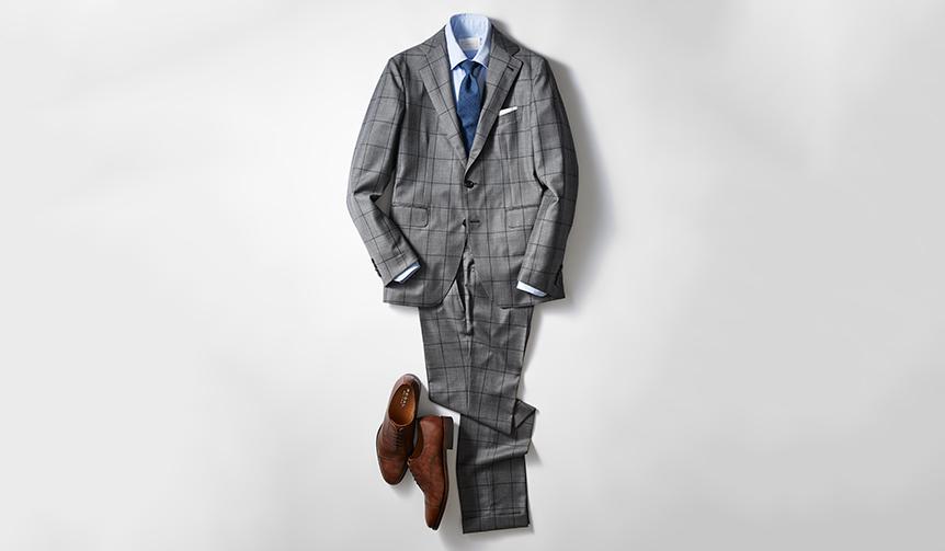 今季らしい英国調のウインドーペーン柄スーツに、クラシックなストレートチップがベストマッチ。レーザー加工ならではのすっきりとしたスマートな表情とムラ感のあるブラウンの色合いが、足元に軽やかなニュアンスを演出し、重厚すぎないいまどきのビジネススタイルを完成させる。 靴2万8000円、スーツ12万5000円/タリアトーレ(伊勢丹新宿店 Tel.03-3352-1111)、シャツ3万8000円/カンタータ(カルネ Tel.03−6407−1847)、タイ1万7000円/ドレイクス(ブルティッシュメイド 青山本店 Tel.03-5466-3445)、チーフはスタイリスト私物