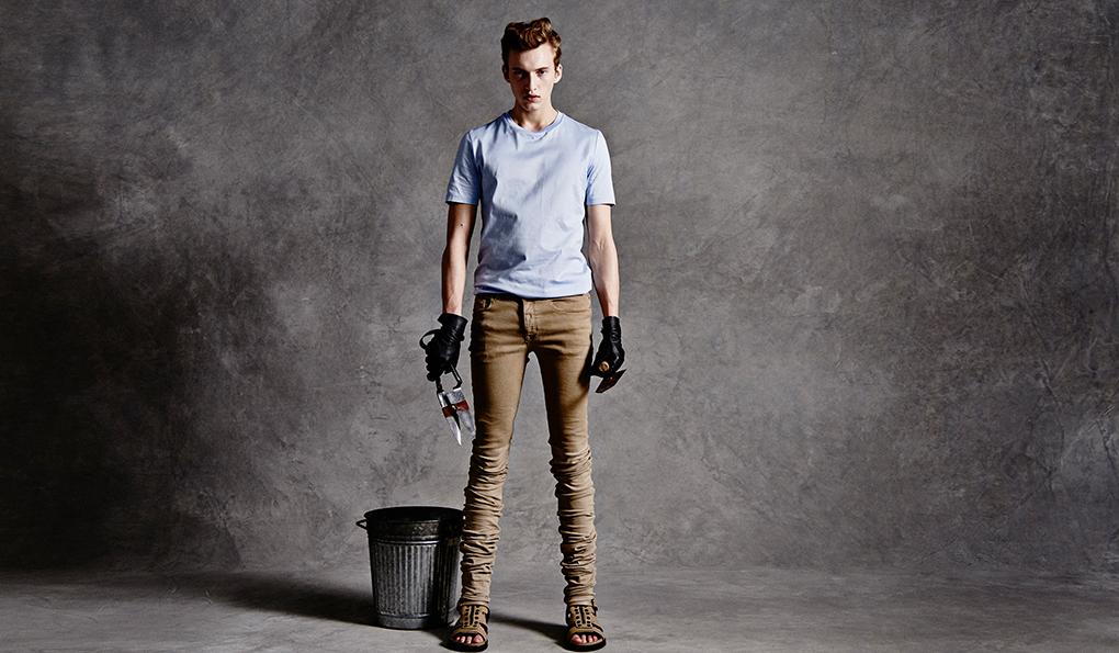 「ディーゼル ブラック ゴールドのTシャツは程良い光沢感で、Tシャツ本来の健康的で爽やかなムードがあって好きです。サックスブルーのTシャツにベージュのエクストラロングデニムを合わせた、シンプルながらも存在感のあるコーディネート。こんな庭師がいたら素敵ですね」Tシャツ1万7800円、デニムパンツ5万5000円、サンダル6万8000円(すべてディーゼル ブラック ゴールド)