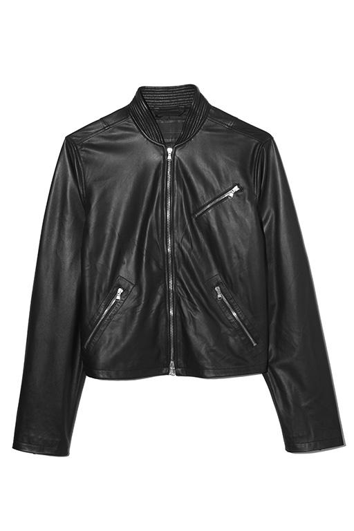 光沢のある上質なラムレザーを使用したシングルライダースジャケット。短め丈なので、スキニーパンツと合わせれば、ディーゼル ブラック ゴールドらしいロックテイストの着こなしを楽しめる。レザージャケット17万2000円(ディーゼル ブラック ゴールド)