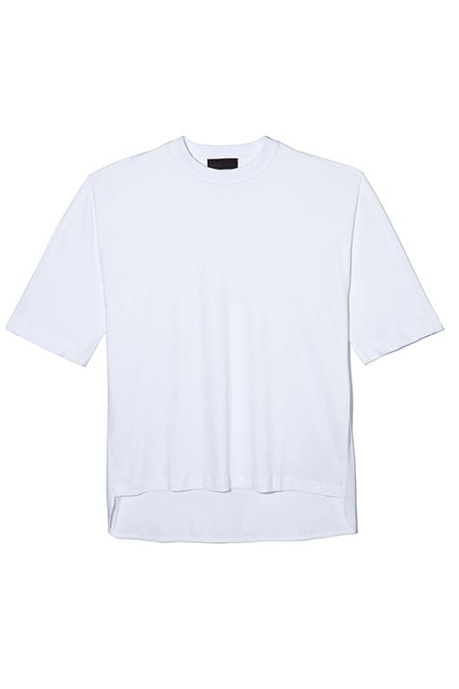 アーバンな着こなしを楽しめるボックスシルエットのハーフスリーブカットソー。オーバーサイズで着て、スキニーパンツと合わせるスタイリングがおすすめ。Tシャツ2万3000円(ディーゼル ブラック ゴールド)