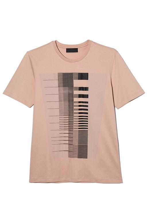美しいグラフィックプリントを施したクルーネックカットソー。これ1枚でコーディネートの主役にもなる、ディーゼル ブラック ゴールドらしい洗練されたアイテム。Tシャツ1万5800円(ディーゼル ブラック ゴールド)