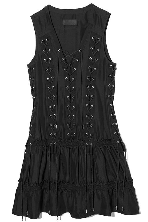 フロントに大胆なレースアップディテールを施した、ディーゼル ブラック ゴールドらしいデザイン性の高さを感じられるドレス。1枚で着てもレイヤードスタイルのどちらでも楽しめる一着。ドレス7万5000円(ディーゼル ブラック ゴールド)