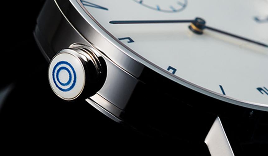 有田焼職人の技による藍色の釉薬が見事な白磁の文字盤と竜頭を搭載した腕時計|SPQR