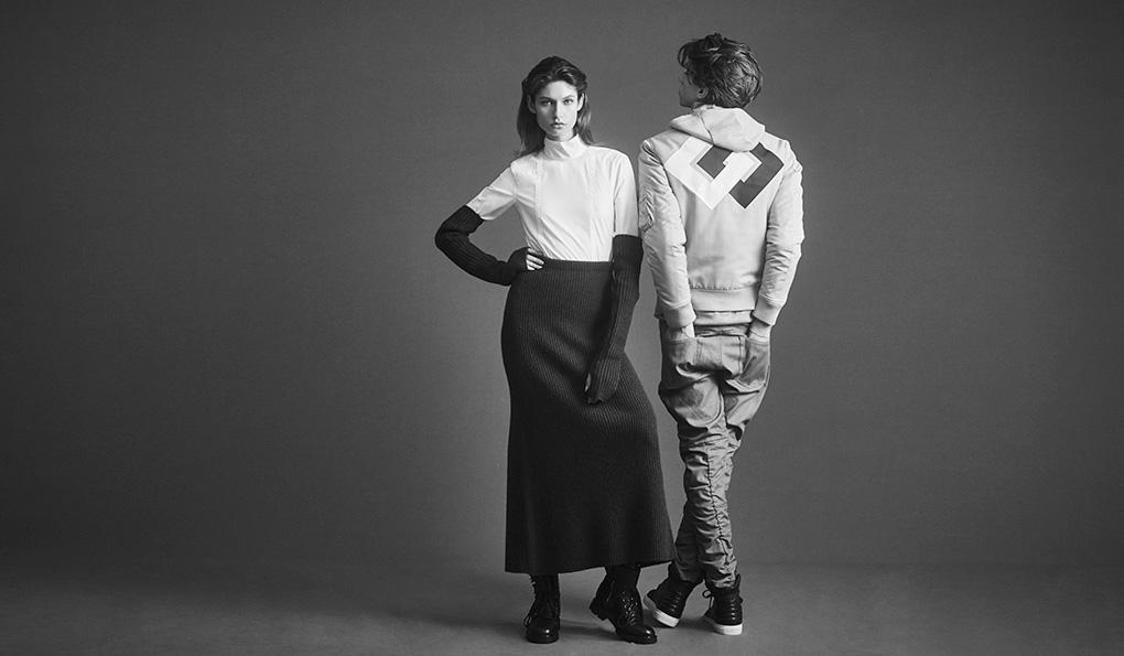 「ネックの高い白ブラウスに、ニットグローブと同素材のロングスカートを合わせてユニークなコーディネート。セクシーな女性にハードで男らしいブーツという相反する要素にグッときます。メンズは、家紋を思わせるグラフィックが効いたブルゾンをメインにした、同系色のレイヤードスタイル。デザインデニムが映えるようハイカットのスニーカーを合わせて」(左)シャツ2万7000円、スカート4万2000円、グローブ1万4800円、ブーツ7万5000円(すべてディーゼル ブラック ゴールド)(右)ニットパーカ4万4000円、ジャケット5万7000円、パンツ3万3000円、スニーカー5万4000円(すべてディーゼル ブラック ゴールド)