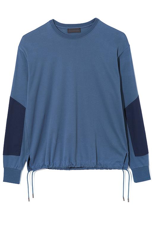 袖に切り替えが入ったバイカラーの長袖カットソー。裾にドローストリングが施されているので、絞ってシルエットを変えることもできる。カットソー2万6000円(ディーゼル ブラック ゴールド)