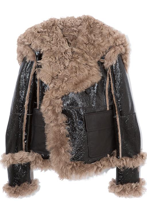 パテント加工を施したラグジュアリーなシアリングコートは、スリムなフィットがモダンな印象。デニムとの相性も抜群で、表情豊かな着こなしが叶う。ジャケット32万5000円(ディーゼル ブラック ゴールド)