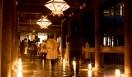 国宝の本堂の舞台は、屋根の修復工事のため素屋根で覆われており、本来の姿を見ることはできない。轟門から行灯に照らされた回廊を通って本堂に入る。