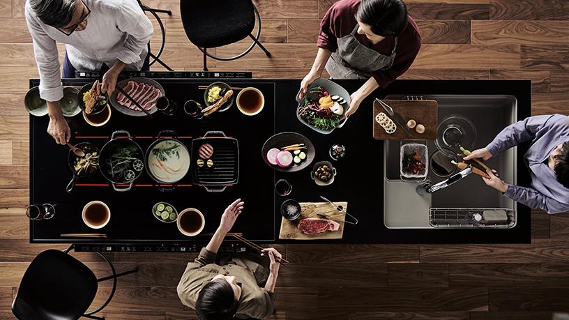 Panasonic|キッチンを囲むという新発想。システムキッチン「いろりダイニング」