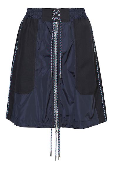 クールウールとテクニカルなナイロンの異素材ミックスがパッチワークで表現されたユニークなスカート。マルチカラーのドローコードとフロントジップがいいアクセントになっている。スカート4万9000円(ディーゼル ブラック ゴールド)