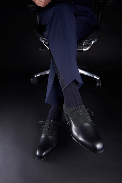 11PR25,000円(税別)個性的な異素材コンビのプレーントウは、柔らかな印象の足元。ネイビーの側章付きパンツと合わせ、若々しくスッキリと履きこなしたい。