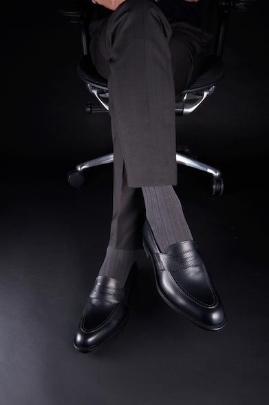 01PR27,000円(税別)ビジネスシーンにも登場させたいローファーは、グレー系との着こなしでより軽快な印象に。スタイリッシュなビジネススタイルの完成形だ。