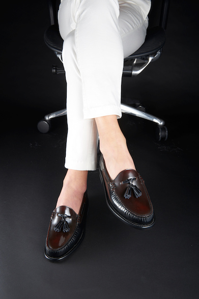 W56B22,000円(税別)春夏、素足感覚で合わせたいタッセルスリッポン。光沢感ある甲革はブラックとダークブラウンのコンビネーション、ホワイトパンツに合わせ、スタイリッシュな履きこなしを。