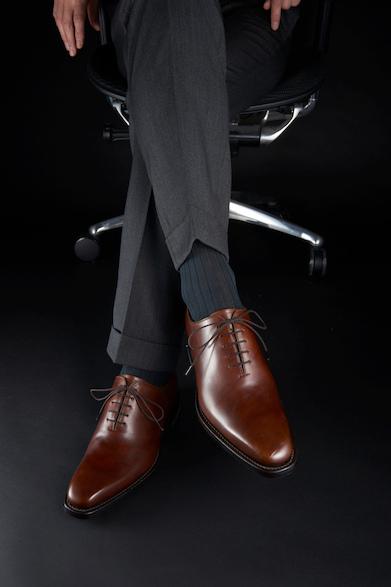 W70B35,000円(税別)ムラ感あるブラウンレザーが上質感を演出、ホールカットデザインが個性的ながら知的に見せる。ゴアテックス®ファブリクスを搭載、雨の日にも活躍する一足。
