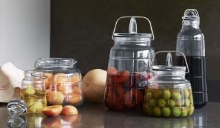 名作として知られる実用的なガラス瓶「スカーラ」が現代版に|HOLMEGAARD