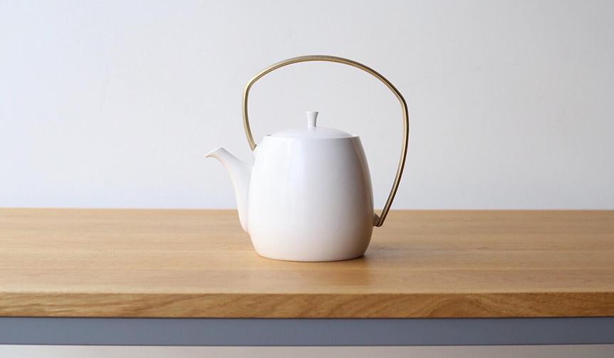 すすむ屋茶具|注ぐ際の手の負担にも配慮。磁器と真鍮を組み合わせた大容量の土瓶急須