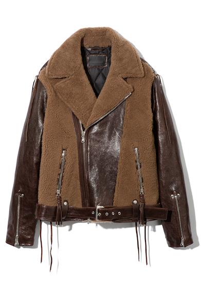 ボアとレザーのコンビネーションが魅力のライダースジャケット。裾のベルトやストリングディテールなど、細部までこだわったデザインにも注目。レザージャケット27万5000円(ディーゼル ブラック ゴールド)