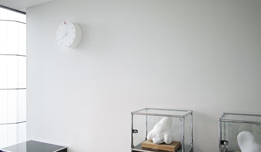 Lemnos|周囲の光に合わせてさまざまな表情をみせる「CARVED」のカッコー時計