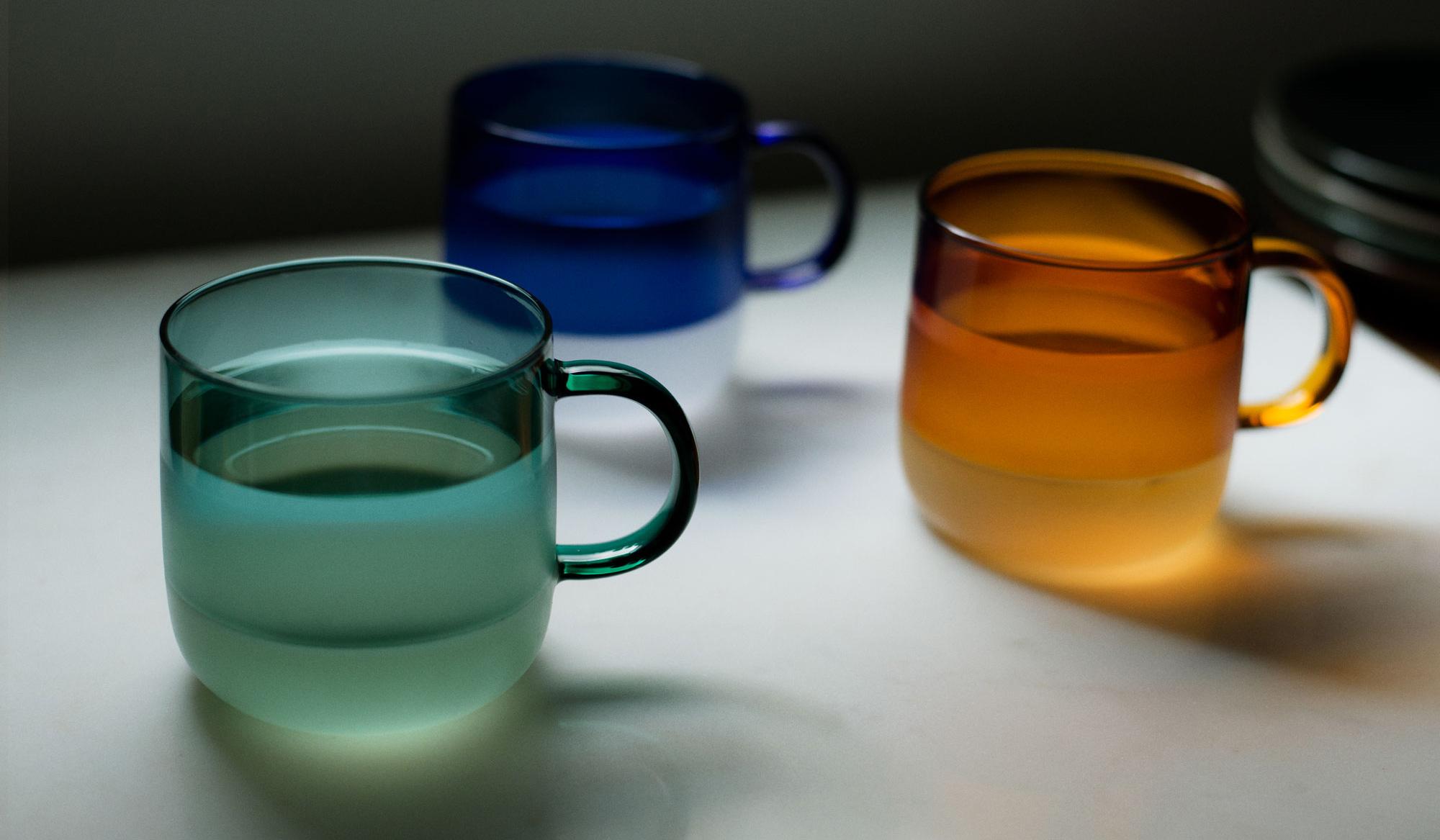 amabro|カラーガラスとミルクガラスの2トーン。飲み物で表情が変化するマグ