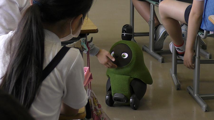 LOVOTが小学校への初となる本格導入に向けた実証実験を開始